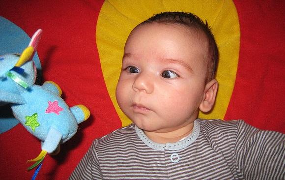 新生児の寄り目 2つの原因とけいれん時の対処法