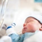 新生児の「目やに」が気になる…。3つの原因と対処法