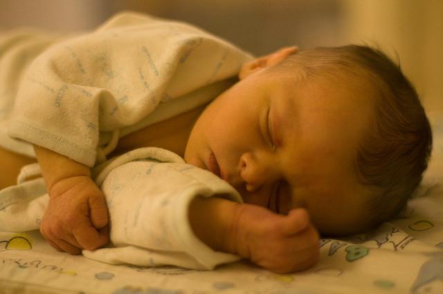 良く寝る新生児 3~4時間以上も起きない時の対処法