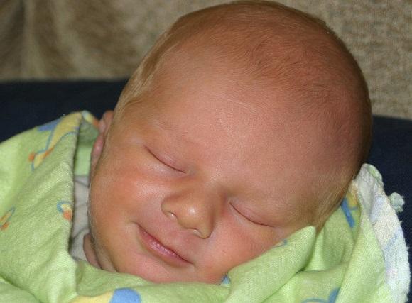 笑顔に癒される~♪新生児が笑う時期と理由